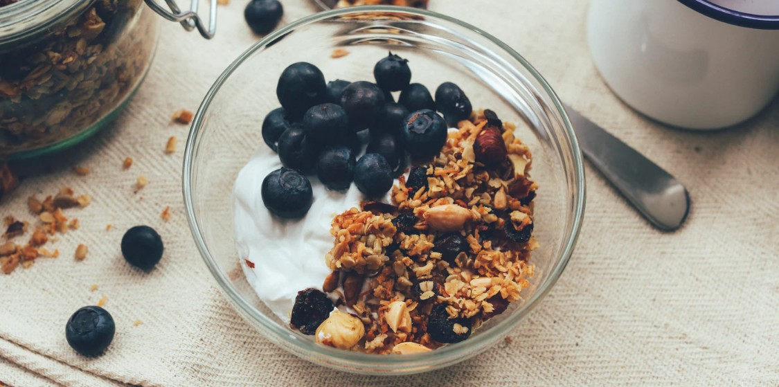 Granola with blueberries and yogurt